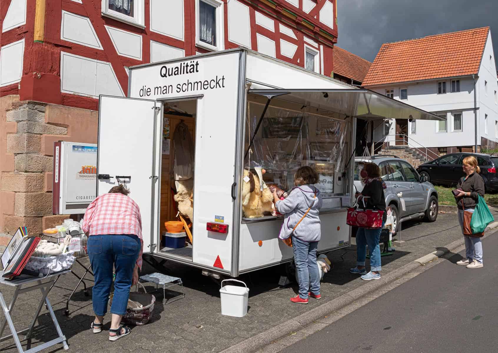 Verkaufswagen auf dem Markt in Kirtorf