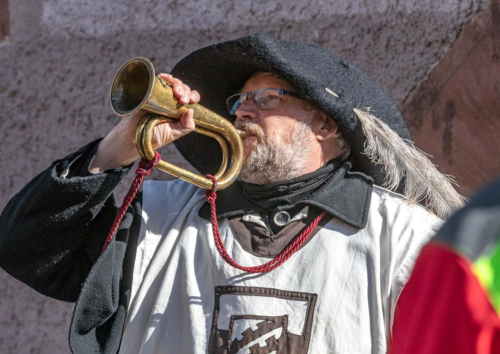 Der Stadtwächter bläst ins Horn