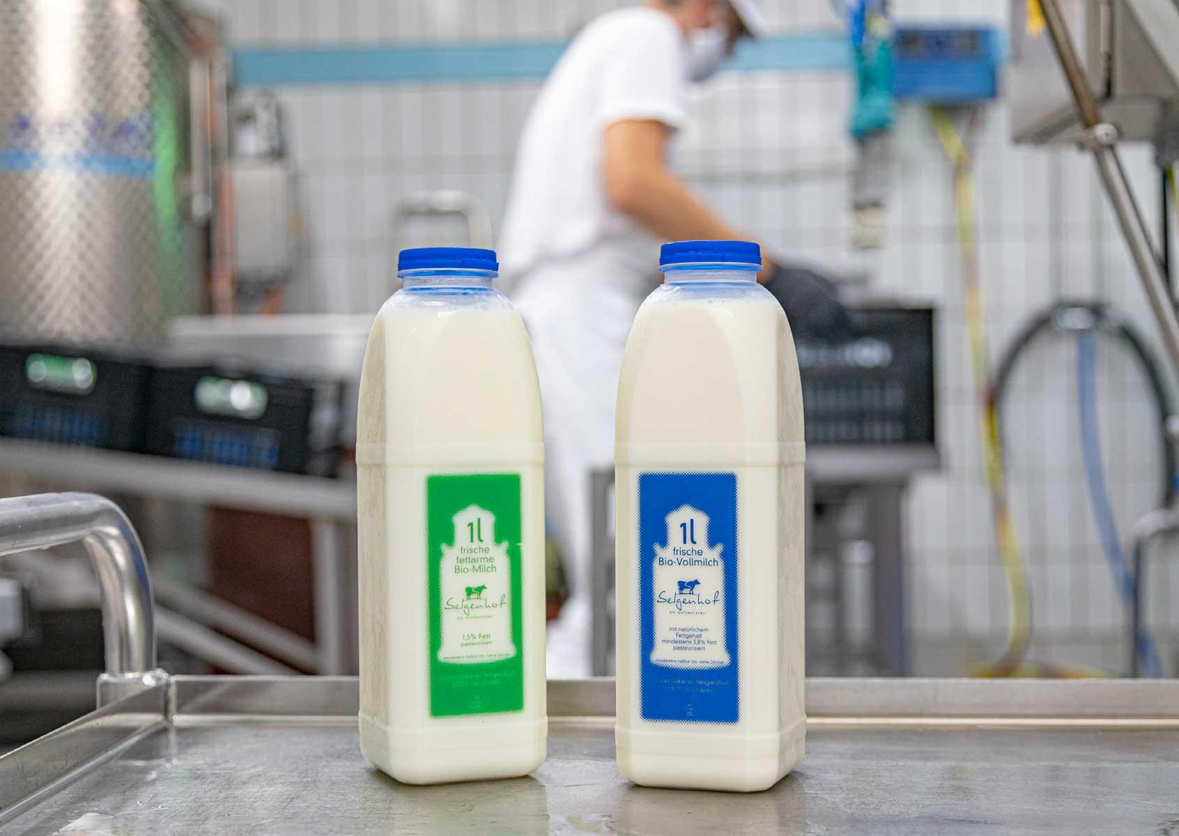 frisch abgefüllte Milchflaschen