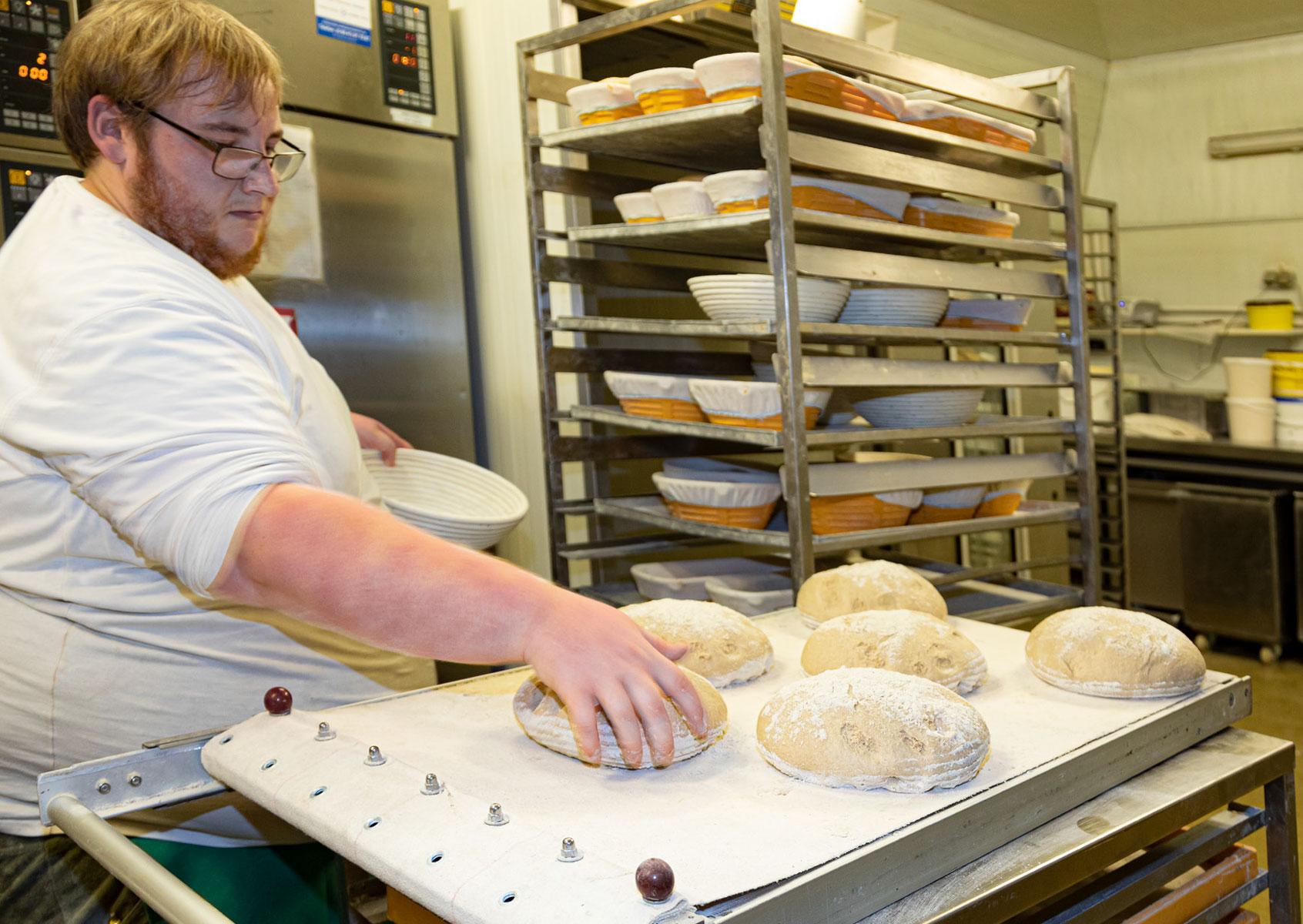 Die Brotteiglinge werden ausgelegt