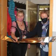 Karina Schepp und Bürgermeisterin Claudia Blum (v.l.) durchtrennen das Band